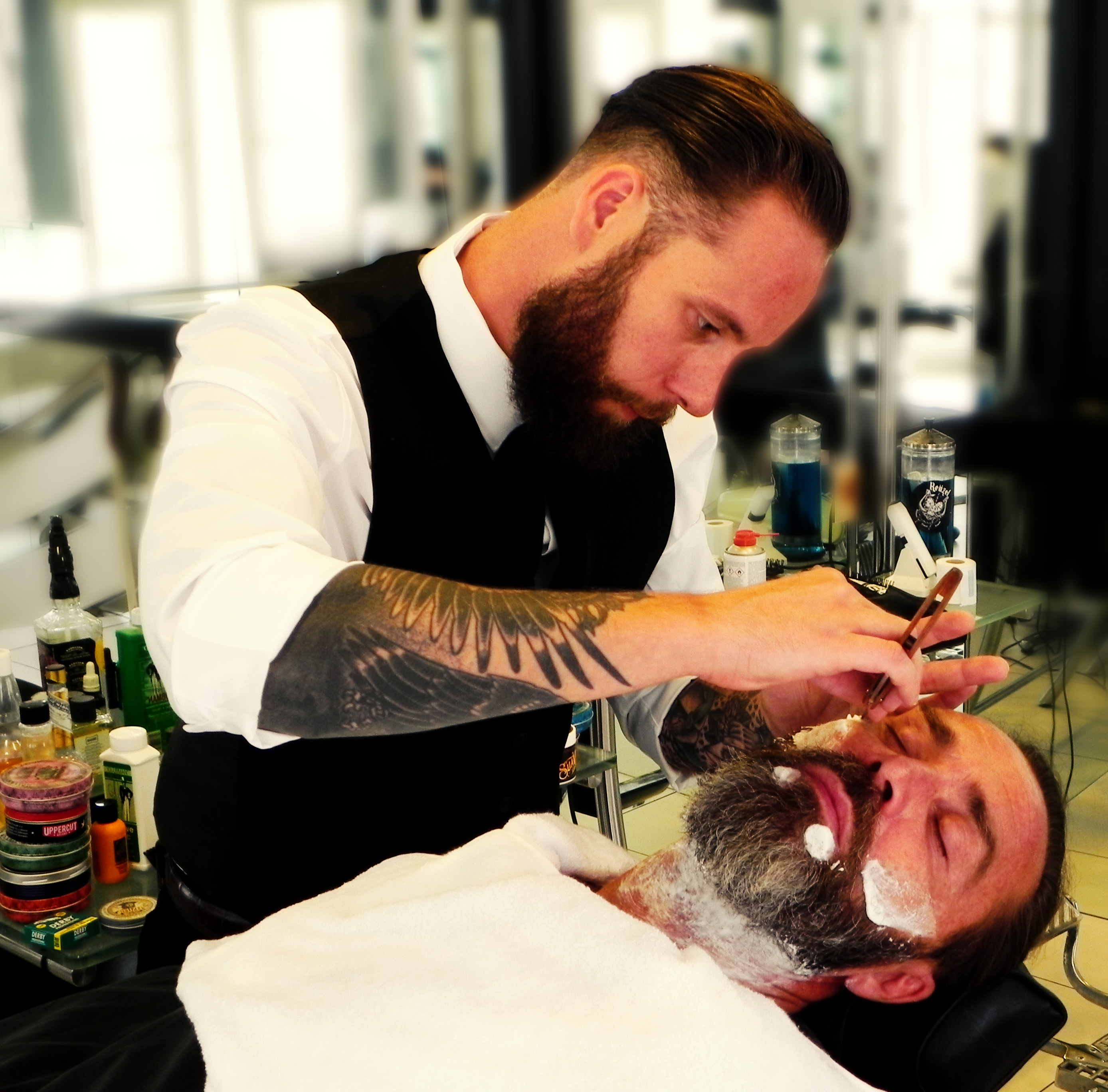 Duke Johns Barbershop beim rasieren
