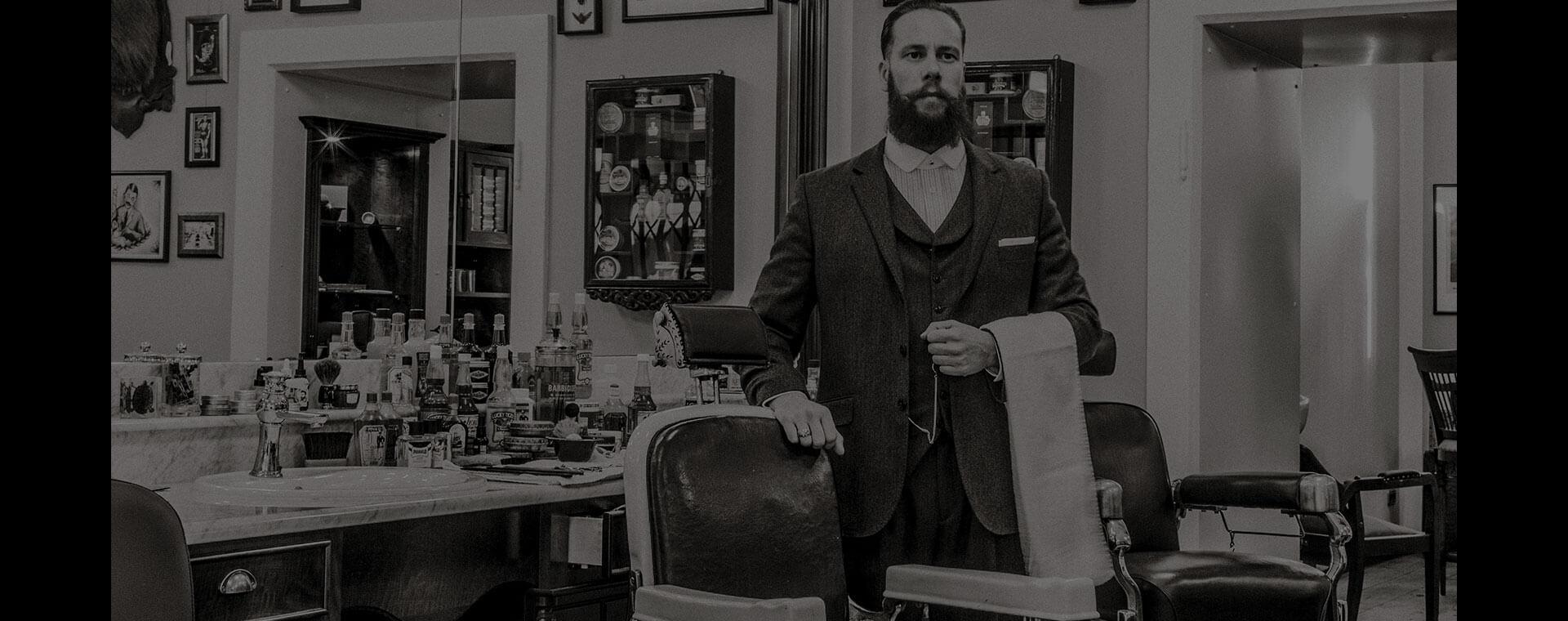 Barbershop Duke Johns Alexander Prasser neben Barberstuhl